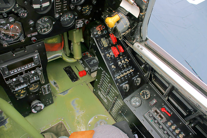 Vought_Corsair_-_Cockpit_2.jpg
