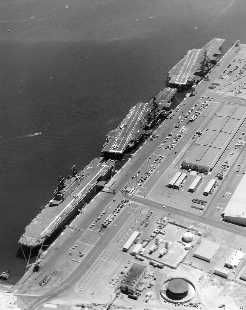 USS_Tarawa_(LHA-1)_-_Coral_Sea_(CV-43)_and_Constellation_(CV-64)_at_North_Island_1976.jpg