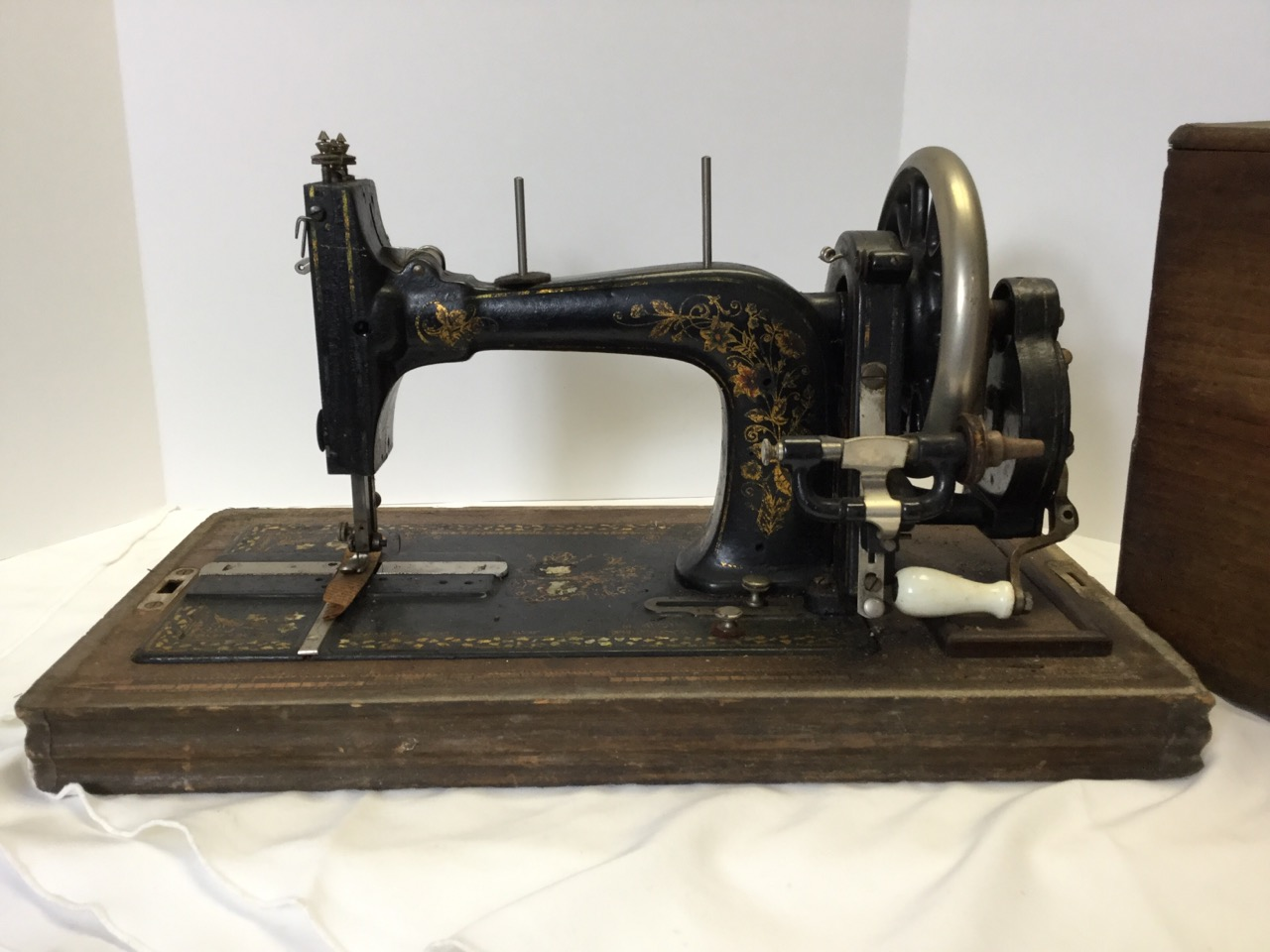 ANTIQUE SEWING MACHINE IN SOLID WOOD CARRYING CASE2.jpg