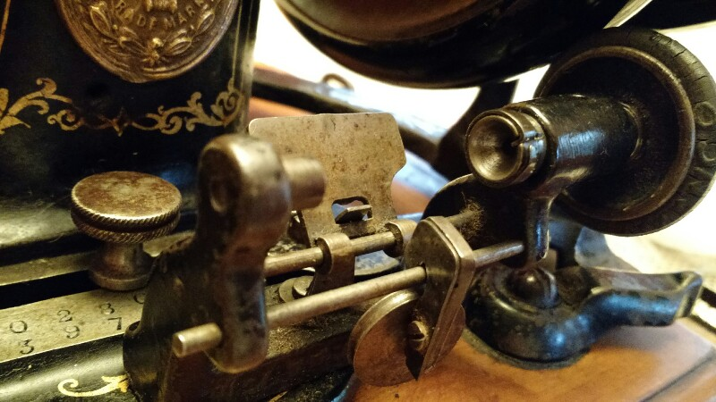 Singer 12 c1884 notched bobbin winder.jpg