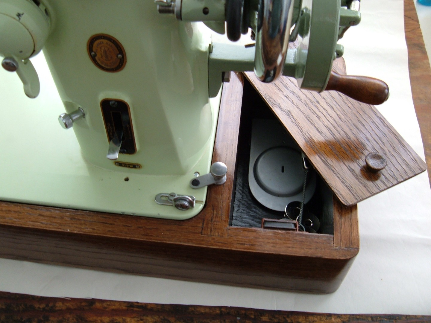 Singer 319w hand crank project case base with accessory box.jpg
