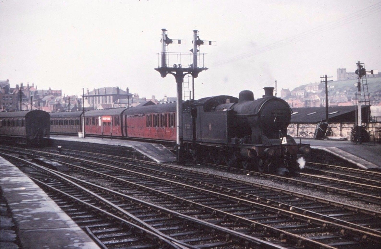 A8 Sitting in Bay Platfroms - Note double bracket signal.jpg