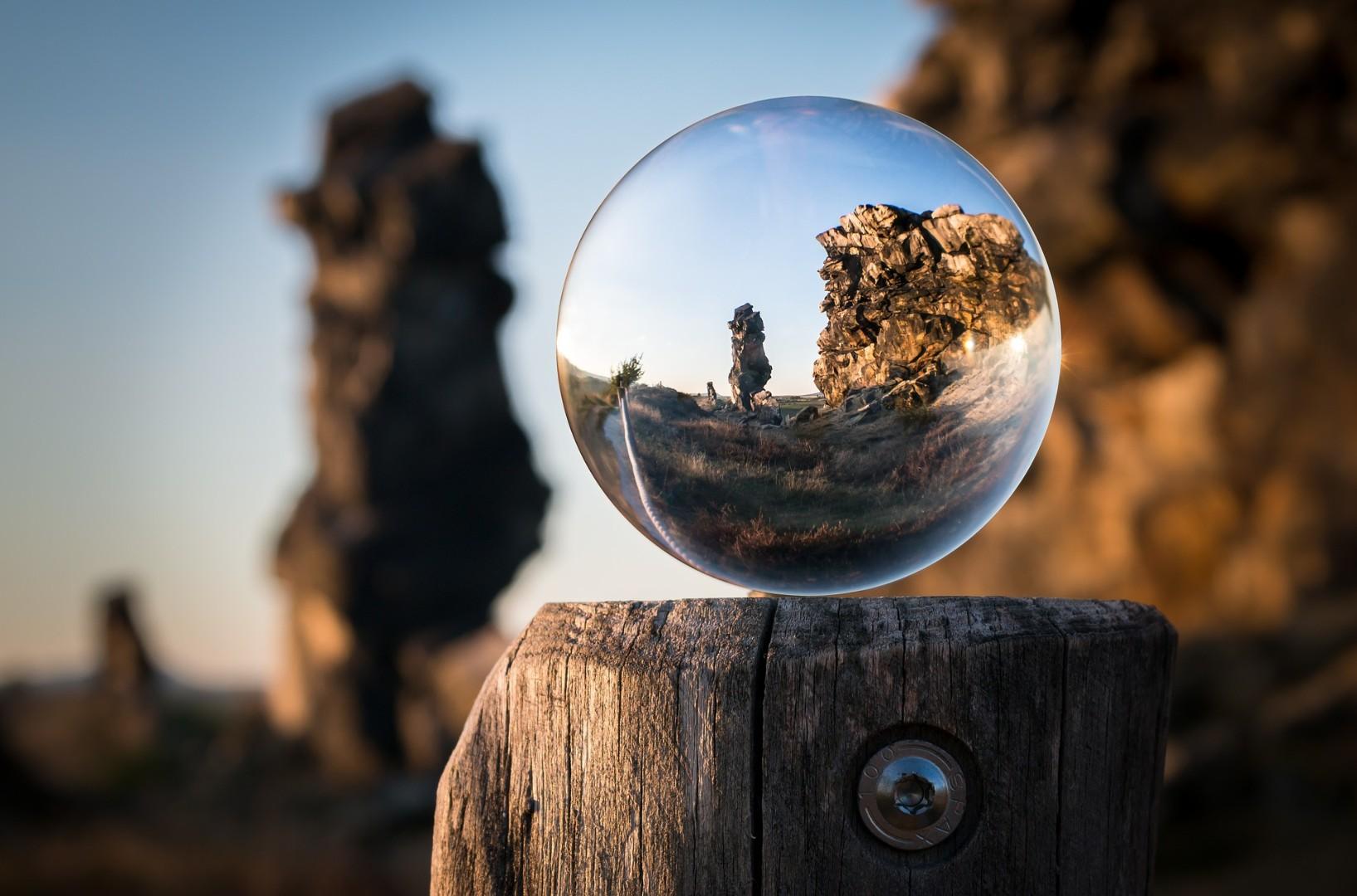 glass-ball-1746506_1920.jpg